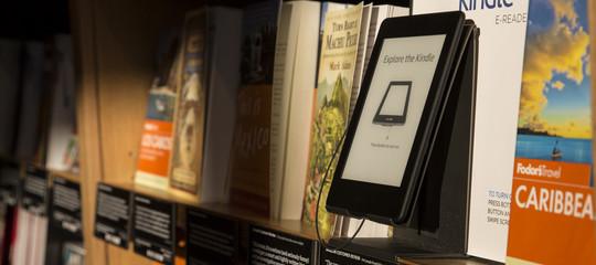 Dopo 10 anni di Kindle Amazon ne fa uno finalmente resistente all'acqua