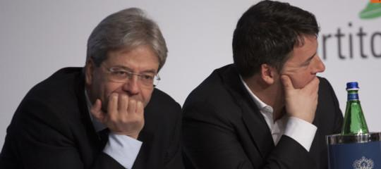 Renzi e Gentiloni provano a dialogare, ma è assedio al segretario dem