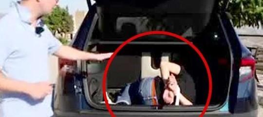 Un uomo incaprettato nell'auto in Sicilia: bufera su un giornale francese