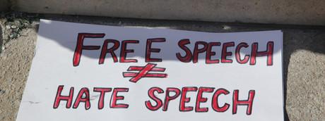 Un cartello mostrato durante una manifestazione antirazzista a Toronto