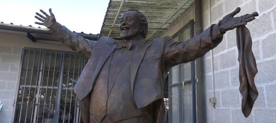 Modena celebra Pavarotti con una statua di due metri