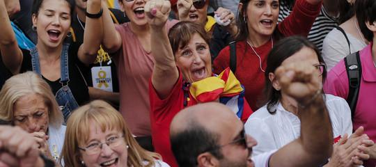 """""""Lo Stato reagirà"""", dice Rajoy. Ma la Catalogna lo ignora e lavora alla Repubblica"""