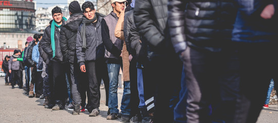 Migranti: oggi salvati in oltre 900, recuperate sette salme su un gommone