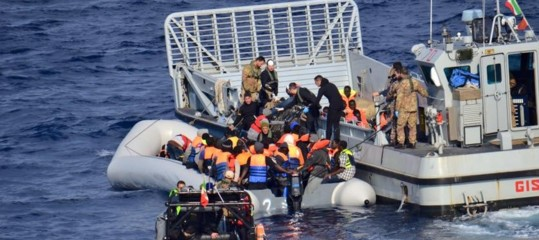 Migranti: a Salerno su nave con 26 donne morte e 400 profughi
