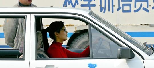 Il manuale cinese per le donne al volante: né capelli sciolti, né profumi, né malumore