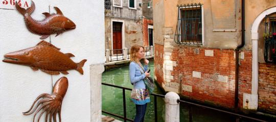 """Il vademecum del giornale inglese ai turisti: """"Come non farvi spennare in Italia"""""""