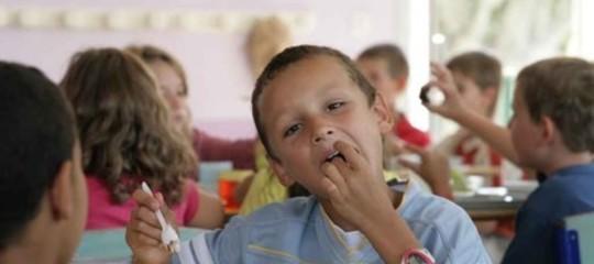 Si possono tenere i bambini a pane e olio se i genitori non pagano la mensa?