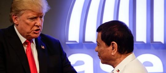 """""""Tu sei la luce del mio mondo"""".Dutertecanta una serenata perTrump"""