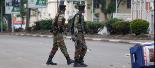 Zimbabwe: esercito arrestaMugabe, la moglie e 3 ministri