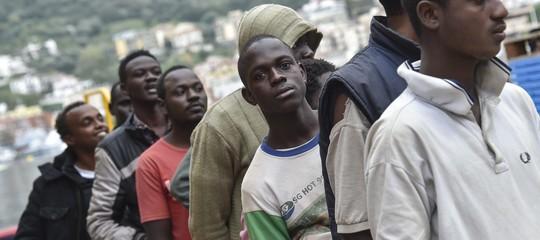 È vero o no che i migranti 'economici' restano automaticamente in Italia?