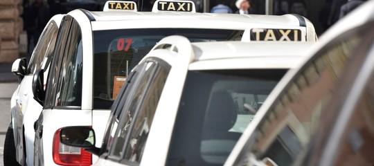 Cosa prevede il decreto anti-abusivismo che ai taxisti non basta
