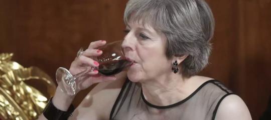 Il premier britannico non sa bere il vino? Ecco come si leva perfettamente un calice