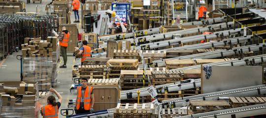 Negli stabilimenti diAmazonItaliai ritmi di lavoro sono davvero da attacco di panico?