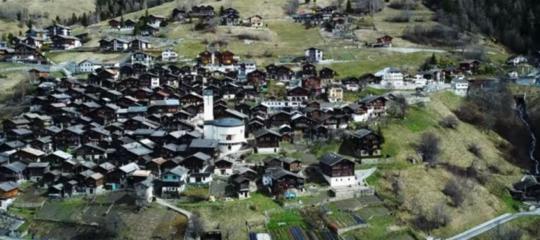 Un paesello svizzero fa come Candela: paga chi ci va a vivere (almeno 10 anni)