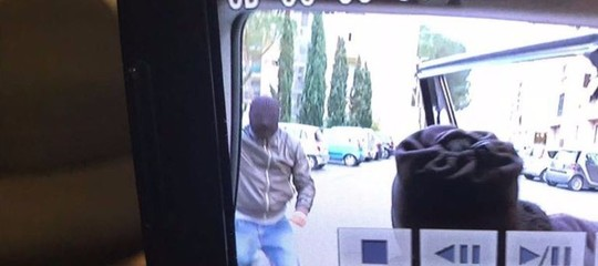 Una troupe di Striscia è stata aggredita dagli spacciatori a Roma