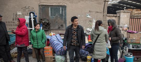 """Sfrattati a migliaia, restano al gelo. Cosa c'è dietro l'improvvisa """"pulizia"""" dei tuguri a Pechino"""