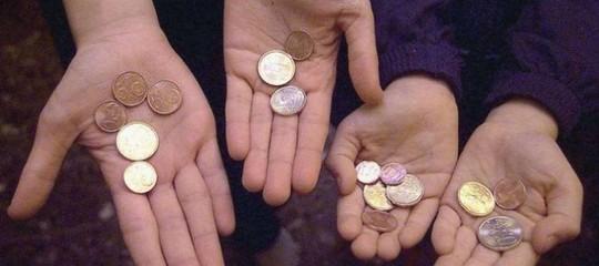Istat: in Italia metàfamiglie vive con 2.016 euro al mese