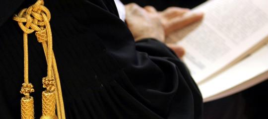 Storia del magistrato accusato di imporre la minigonna alle allieve