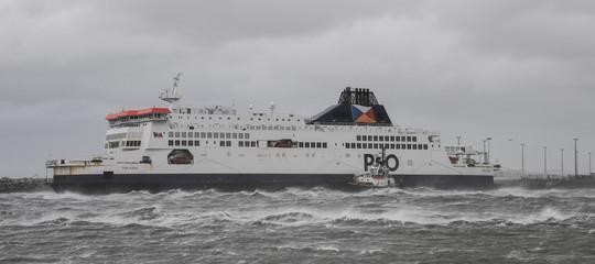 Maltempo, si incaglia un traghetto nel porto di Calais