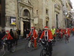 I Babbi Natale invadono lecittàitaliane, da Roma aVenezia
