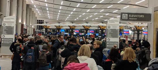 Che succede se nell'aeroporto più grande del mondo manca la luce per 11 ore