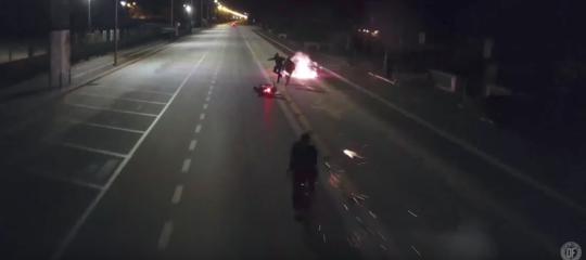 Un ciclista bombarda uno scooter. Il video spopola sul web