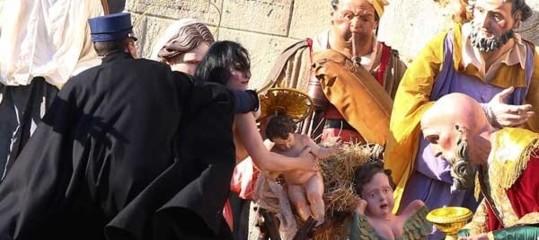 UnaFemenharubato il Bambinello dal presepe del Papa