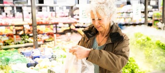 Sulla questione dei sacchetti biodegradabili adesso è scontro totale