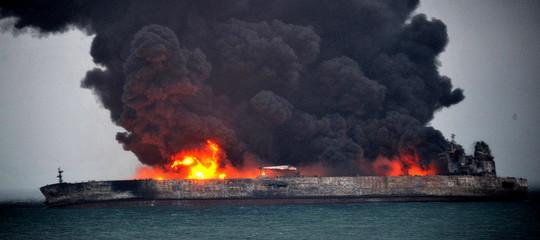 Una petroliera iraniana brucia da 3 giorni nel Mar Cinese e rischia ancora di esplodere