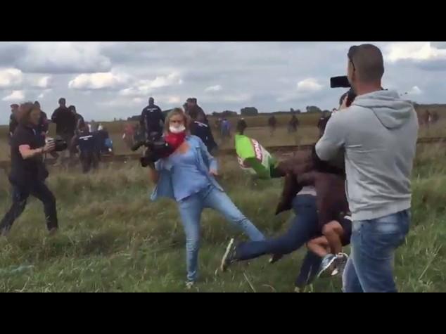 Prende a calci migranti in fuga, licenziata cameraman ungherese - VIDEO