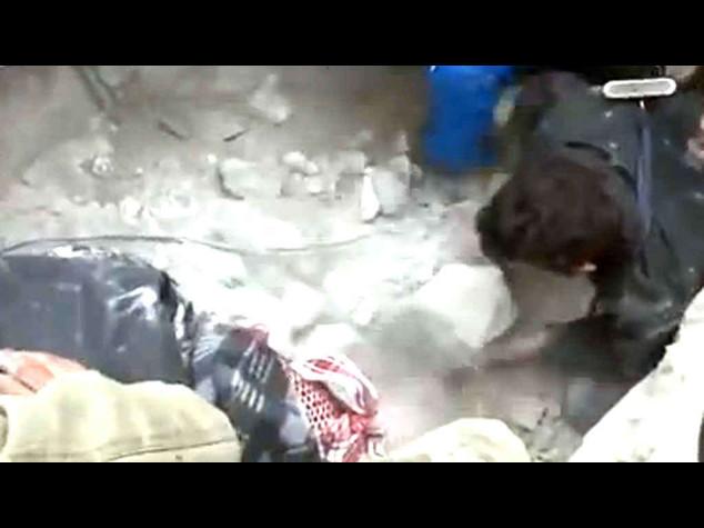 Siria: video-shock, neonato tirato fuori dalle macerie ad Aleppo