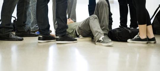 Aggredito da baby gang a Napoli, interrogati e denunciati 4 minorenni