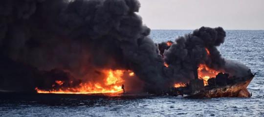 petroliera affondata