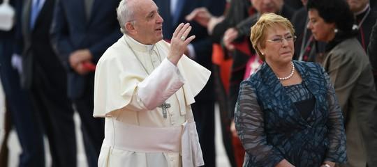 Papa: arriva un'ora prima a Santiago, accolto dalla Bachelet