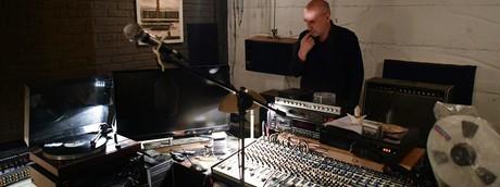 Artista in uno studio di registrazione