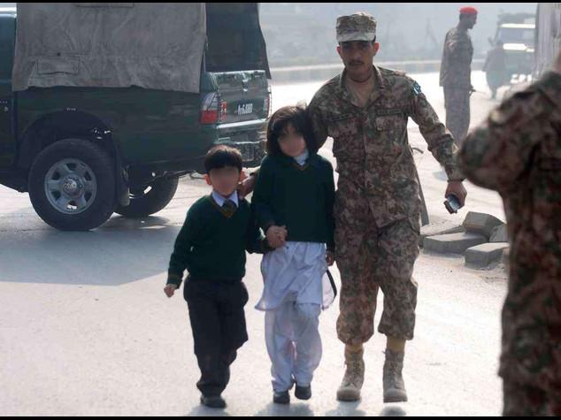 Orrore talebano, strage di bimbi  132 morti in scuola a Peshawar