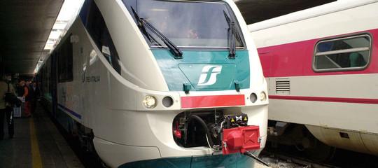 Tenta di salire sul tetto del treno e cade su binari nel Monzese: gambe amputate