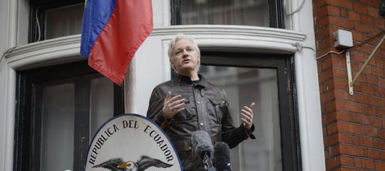 """Wikileaks: il presidente dell'Ecuador definisce Assange """"un problema"""""""
