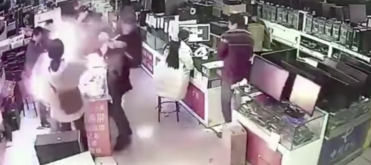 Un uomo morde la batteria di uniPhone, che gli esplode letteralmente in faccia