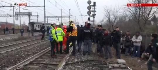 Cede un pezzo di binario e il treno deraglia: tre morti a Milano