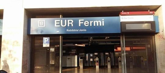 Arrestato l'uomo che ha spinto una donna sotto la metro a Roma