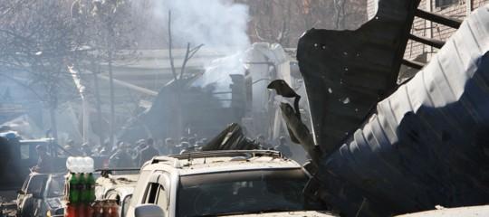 Un'ambulanza piena di tritolo ha ucciso quasi 100 persone a Kabul. Il video