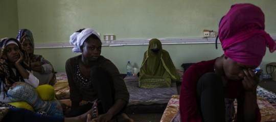 """""""Venivamo violentate ogni giorno"""". Racconti dai centri di detenzione libici"""