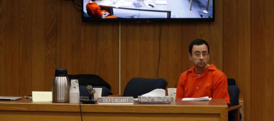 Molestie: papà di tre vittime tenta di assalire in aula l'ex medico delle ginnaste Usa