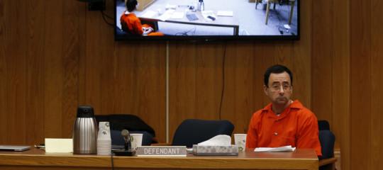 Ecco il momento in cui il padre di tre vittime di abusi si scaglia contro LarryNassarin aula. Video integrale