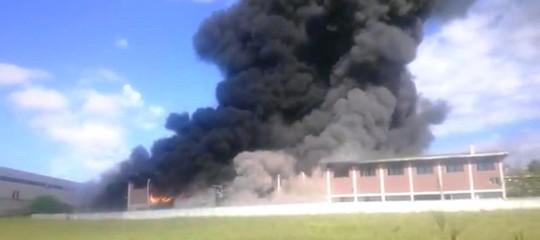 Pomezia: vasto incendio in capannone Deodati Ecocar, si teme per l'eternit