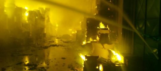 Brucia unacartieraa Pomezia, le immagini