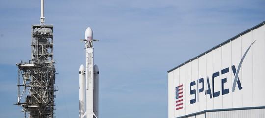 Decolla con successo Falcon Heavy, il razzo più potente del mondo