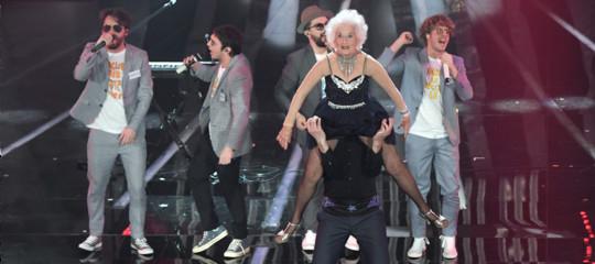 """Chi è la """"vecchia che balla"""" con loStato Sociale"""