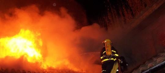 Brucia un palazzo alla periferia di Milano, grave un bambino